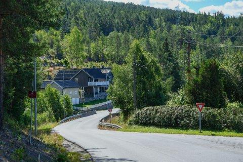 FART: Huseieren mener det kjøres mye fortere enn 60 km i timen på fylkesveien gjennom Lisleherad, og skriver også at det er direkte farlig å gå langs veien.