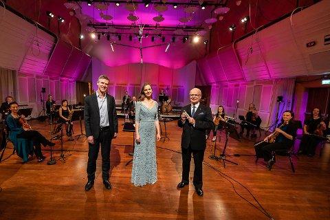55 MINUTTER: NRK har laget et 55 minutter langt program med Sigmund Groven. Der spiller han med KORK og foreller om sin karriere. Fra venstre: Pianist Ivar Anton Waagaard, Marianne Bye Granheim (Barnebarnet til Erik Bye) og Sigmund Groven.