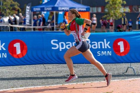 OVERLEGEN: Synne Sandven var fullstendig overlegen på dagens langdistanse under Hovedløpet i orientering. 16-åringen har vunnet fem av seks hovedløp.