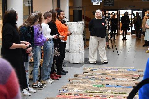 KLIMABEVISST UNGDOM: Studenter fra USN i Vestfold viste frem resultatet fra en to dager lang workshop med fokus på treets evige syklus.