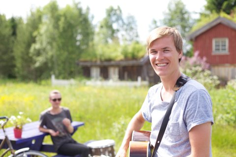 Jo Sverre Sande har laget musikkvideo som nå ligger ute på youtube. Med seg har han Olav Nergård Tørset.