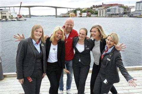 Glad gjeng: Gunn Iren Olsen (fra venstre), Britta Joø, Jan Henrik «Jannis» Olsen, Anette-Brigita Ounapuu, Camilla Thomassen, og Monika Fikkan Berge har det utrolig kjekt på arbeidsplassen.