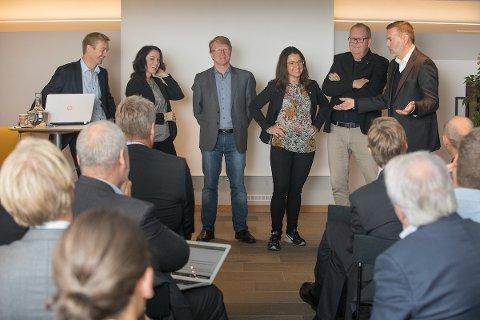 Mørebenken snakket til nordmøringer i Oslo. Fra venstre: Helge Orten (H), Else-May Botten (Ap), Oscar Grimstad (Frp), Jenny Klinge (Sp) og Pål Farstad (V). Til høyre ser vi Jan Erik Larsen i Kruse Larsen AS.