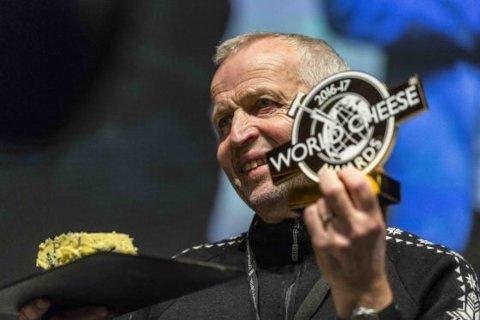 Her har Tingvollosts Gunnar Waagen nettopp mottatt prisen for verdens beste ost.