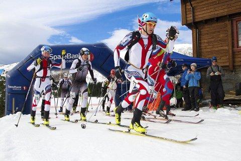 STARTEN I FJOR: Deltakerne i fjorårets randoneekonkurranse på vei ut fra start.foto: Daniel Kvalvik