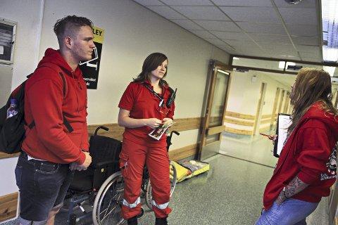 Tonje Solli Strand, ambulansemedarbeider og medisinstudent, blir intervjuet av patruljen. Et forventet ukomplisert besøk. Erfaringsmessig er kommunale arbeidsplasser dyktigst på arbeidsavtaler, forhold og verneombud.