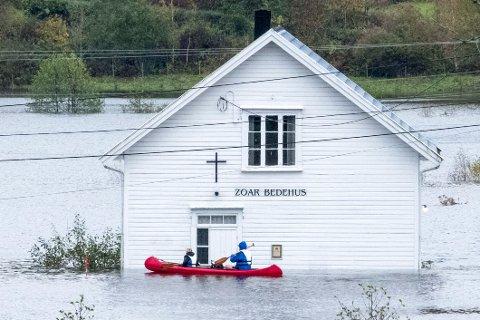 Ødeleggelsene er store etter uværet på Sørlandet. Her ser vi folk i kano ved bedehuset på Drangsholt langs riksveg 41 mellom Kristiansand og Brikeland som er oversvømt.