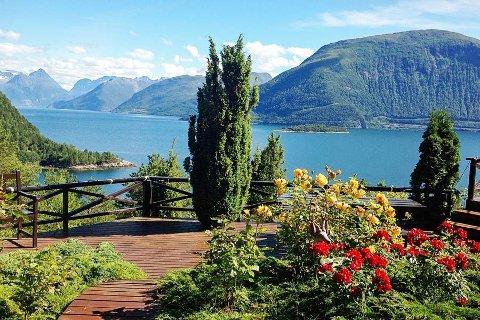 Eiendommen har flott utsikt utover Tingvollfjorden og over til Meløya og Merraberget i Nesset kommune. Foto: Privat