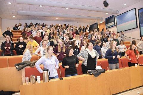 KVINNEKONFERANSE: Foredragsholderne fikk fram smilet hos elevene som deltok på konferansen «kvinner og teknologi» i regi av NHO. Her ble elevene oppfordret til å være med å forme framtiden, ved å velge teknologifag i utdanningsløpet.