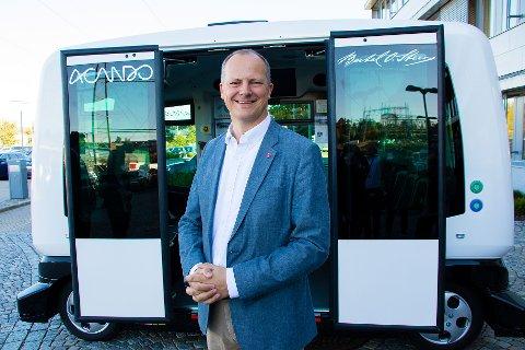 Solvik-Olsen foran en selvkjørende buss (som han for øvrig også fikk prøvekjøre)