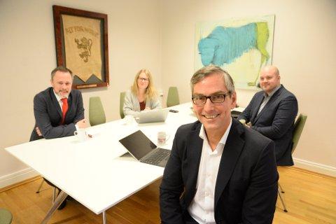 Atea-sjef Michael Jacobs mener Kristiansund kommune er langt framme i IT-skoene. Bak rådmann Arne Ingebrigtsen, Hege Kristin Sjåvik Hovde og IT-sjef Arild Ovesen fra Kristiansund kommune.