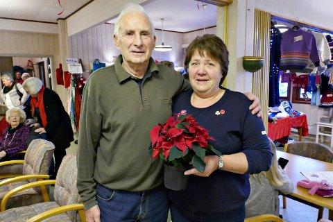 Juleglede: Knut A. Engdahl overrakte TKs julestjerne til Sanitetsforeningens leder Lillian Betten Aanes.