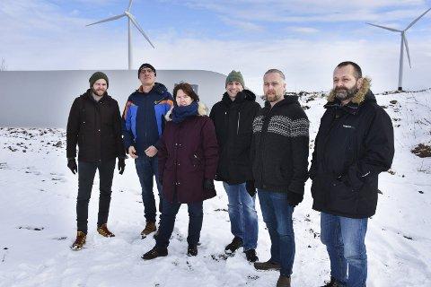 PÅ BESØK: Miljøpartiet De Grønne besøkte Smøla vindpark. Asle Andre Orseth (fra venstre) Ralph Herter, Gro Santi Johnsen, Hallgeir Kjønø, Kjetil Dyrnes og Geir Magne Aandahl.
