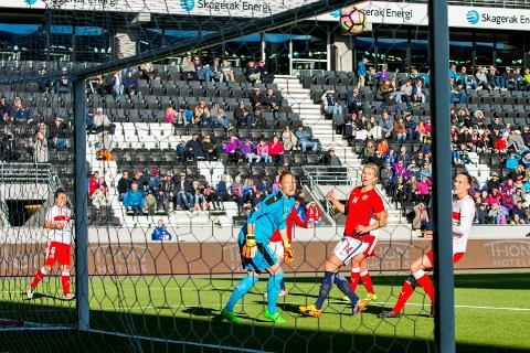 Ada Stolsmo Hegerberg ser at Kristine Minde (skjult i bakgrunnen) scorer Norges andre mål under privatlandskampen i fotball mellom Norge og Sveits på Skagerak arena i Skien mandag kveld.