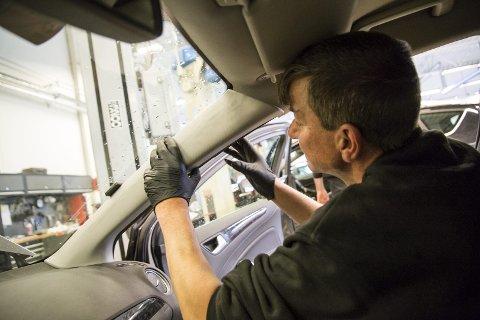 På plass: Bilmekaniker Marco Wagner fester dekselet til a-stolpen og fullfører monteringen av DAB+ på en Ford Mondeo. Han anslår at det går med omtrent en halvtime per bil til å montere et komplett sett.