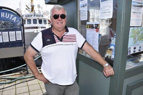 TURISTINFO OG GRIPRUTA: Etter at Ole Tønder satte opp en liten kiosk på Piren i Kristiansund er det solgt flere billetter til både Gripruta og sundbåten.