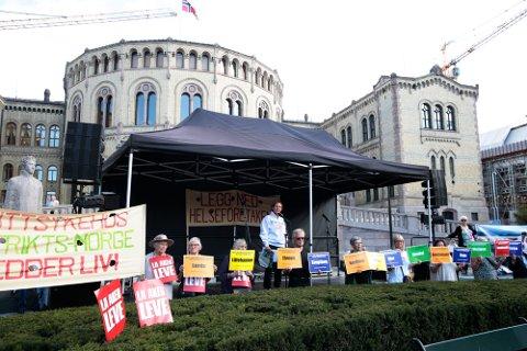 Folkebevegelsen for lokalsykehusene  demonstrerer mot helseforetaksmodellen på Eidsvolls plass utenfor Stortinget i Oslo lørdag.