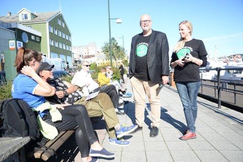 Steinar Wiik Sørvik og Linda Jorunn Sandnes prøver å sanke stemmer på kaia i Kristiansund. - Veldig mange har allerede stemt, noterer de.