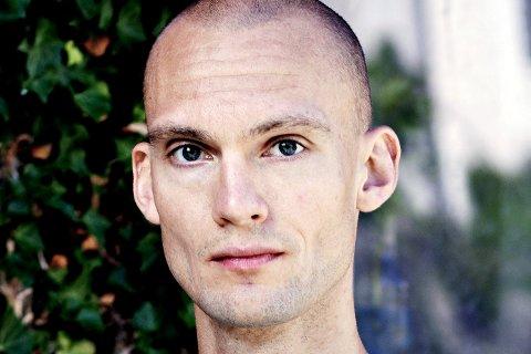 Lars Svisdal fikk sin romandebut på Gyldendal med «Seg til inkes». Nå har han fått pris for boken. Sunndalingen har planer om flere bøker i åra som kommer.