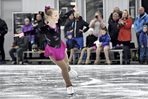 Isdans: Dina Tørrhaug fra Trondheim hadde oppvisning i isdans da skøytehallen i Kristiansund åpnet. Foto: Anders Tøsse