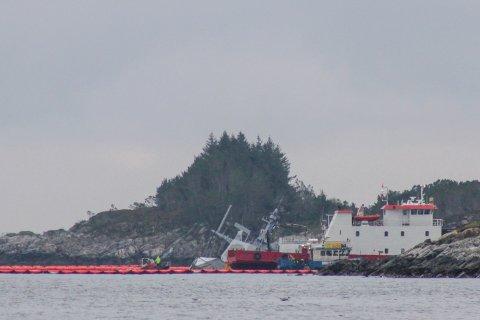 Den havarerte fregatten KNM Helge Ingstad er søndag i stor bevegelse og det pågår fortsatt sikringarbeidpå stedet der den ligger, i flg Forsvaret.