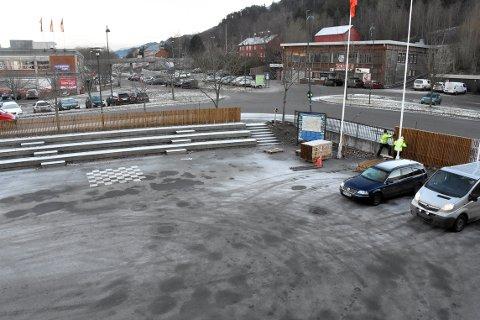 INNGJERDES: Arbeidet med å gjerde inn kulturhusplassen på Skei nærmer seg slutten. Tiltaket er et av flere som skal gi en kulturhusplass tilpasses de myke trafikanter, og føre til mindre bilbruk.