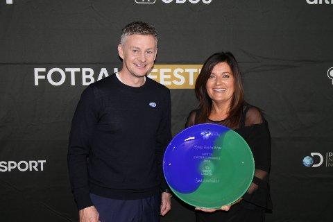 PRISUTDELER: Ole Gunnar Solskjær delte ut flere priser under søndagens fotballfest på Ullevaal stadion, blant annet til Alvhild Tofterå Berge fra Sund SK, som ble kåret til årets fotballmamma.