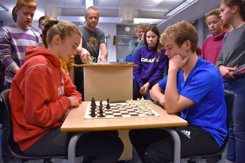 TIL TOPPS: Ørjan Møkkelgjerd (til høyre) gikk ubeseiret gjennom de mange partiene under skolesjakkmesterskapet i Surnadal. Her i finalekampen mot Ingrunn Ranes, som dermed ble nummer to.