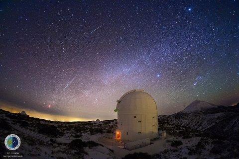 Flere Geminidemeteorer sett fra Observatoriet i  Teide (IAC) på Tenerife om morgenen 14. desember 2013 med ESAs Optical  Ground Station i forgrunnen. På himmelen over ses stjernebildet Orion,  og det mest lyssterke objektet øverst på bildet er planeten Jupiter.