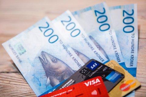 Det er omtrent 6,6 millioner kredittkort i Norge, hvor hvert kort i snitt har en estimert kredittramme på 25.000 kroner. Det betyr at vi har en kredittramme på 165 milliarder kroner.