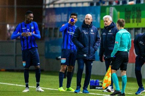 Kvalifisering til eliteserien i fotball: Aalesund - Stabæk. Stabæks trener Henning Berg under et stopp i spillet i kvalifiseringskampen i fotball mellom Aalesund og Stabæk på Color Line Stadion.