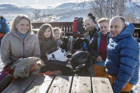 VINTERFERIE: Tone Ingeberg Sakshaug (fra venstre), Delia, Sofie, Matteo Scarpellino, Hege Rødal Scarpellino og Andreas Sakshaug tilbringer vinterferien på Oppdal. Det er det også mange andre nordmøringer som gjør.