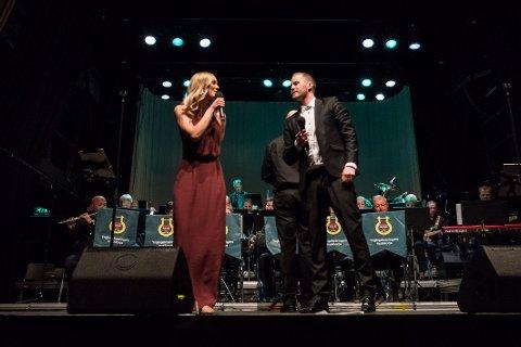 Stine Hole Ulla og Knut Marius Djupvik er solister sammen med Ole Edvard Antonsen under «Desemberstemninger». Her fra musikalsk festaften med Ynglingeforeningens musikkorps i 2018.