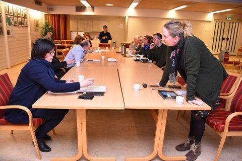 GLADSAK: Rakel Polden (til høyre) er fornøyd med at plan- og byggenemda for Surnadal barne- og ungdomsskule torsdag vedtok at Consto Midt-Norge skal bygge skolen på Øye. Kommunalsjef oppvekst, Astrid Mogstad Høivik til venstre.
