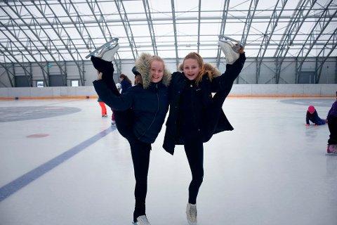 TRENERE: Aagot Cecilie Brandslien og Sofie Nedrum Jacobsen var hjelpetrenere for Toril Jacobsen på kunstløpkurs i Arena Nordvest.