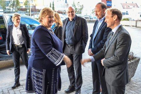 Erna Solberg ble tatt imot av toppsjef Espen Remme i Helse Møre og Romsdal (fra høyre), den nyvalgte styreformannen Ingve Theodorsen og Helse Midt- sjef Stig Slørdahl.