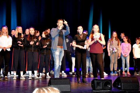 FEIRER: Rektor Torbjørn Larsen sammen med mange av aktørene under lørdagens konsert som er en del av markeringen av de første 20 år med interkommunal kulturskole på Indre Nordmøre.