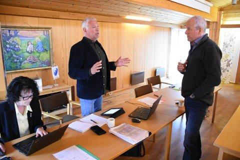 ORIENTERER: Prosjektleder for Nye Heim kommune, Torger Aarvaag (midten) vil torsdag orientere halsaordfører Ola Rognskog (til høyre) og resten av fellesnemnda om planene om ny brannstasjon på Kyrksæterøra. Prosjektkoordinator Eva Randi Oldervik til venstre.