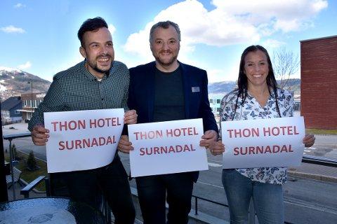 NAVNEBYTTE: Ole Georg Skjeggestad Øye (selger), Tor Rune Halset (direktør) og Øyunn Fugelsøy Aune (hotell- og bookingsjef) er fornøyde med navnebyttet til Thon Hotel, Surnadal.