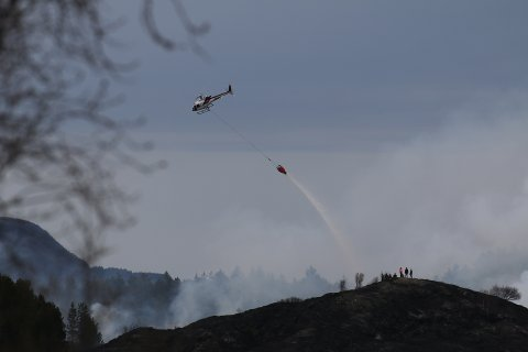 Ifølge vitner på stedet går helikopteret fremdeles i skytteltrafikk over hustakene i 20.30-tiden tirsdag kveld.