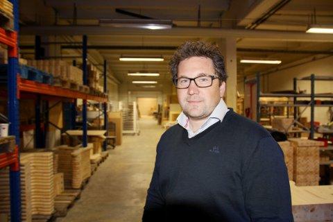 PÅ LAGERET: Otto Kvande er salgs- og markedssjef hos Kvande & Nordvik Møbelfabrikk, bedriften som i år kan feire 50 årsjubileum.