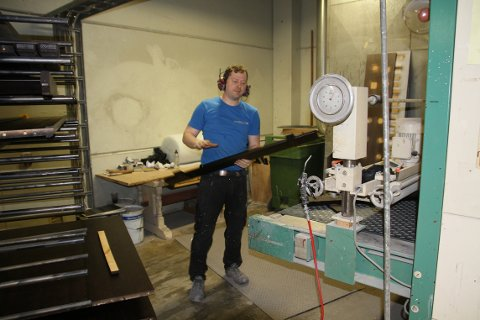 FRITT VALG: De som bestiller møbler hos Kvande & ordvik får den stil og farge de måtte ønske. Her er det Steinar Dalen som mater maskina som sørger for at møblene kommer i den fargen kunden har valgt.