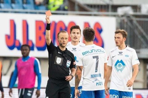 Dommer Ola Hobber Nilsen gir rødt kort til Moldes Mathias Normann under eliteseriekampen mellom Sarpsborg og Molde på Sarpsborg stadion.