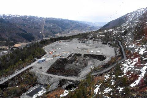FERDIG: Den nye kraftledningen fra Snilldal til omkoplingsstasjonen i Øvre Surnadal er ferdig. Bildet ble tatt i mai i fjor da arbeidet med stasjonen var kommet godt i gang.