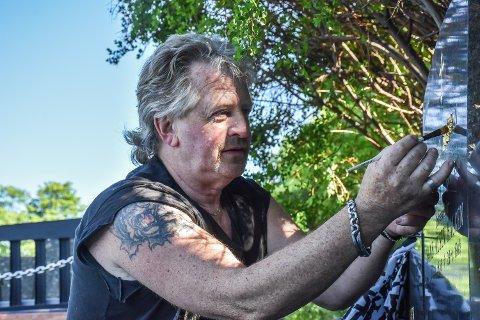 Vedlikeholder: Livet som sirkusartist og sirkusdirektør er over for Thor Gujord. Pensjonisttilværelsen fyller han med å vedlikeholde gravsteiner. Her legger han på nytt bladgull på en gravstein som tilhører slekta.