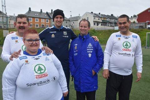 STJERNEMØTE: Andreas Hopmark i stjernepreget selskap. Fra venstre Atle Kanestrøm, Isabell Vik Bårdsen, Leif Jonny Smenes og Steinar Kanestrøm fra CFK Stjernelaget.