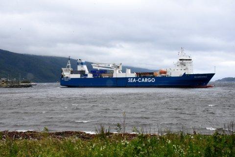 «Sea Cargo Express» skal være uskadet, men ligger fast i leirbunnen like ved havna i Røtet i Surnadal.