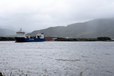 Båten ligger fast et lite stykke unna kaien til høyre på bildet.