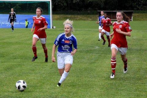 3-0: Thea Holten er gjennom og sekunder etter at bildet ble tatt, lå ballen bak Byåsens målvakt og dermed 3-0, som var pauseresultatet i kampen der Surnbadal/Søya/Todalen til slutt vant 4-0.