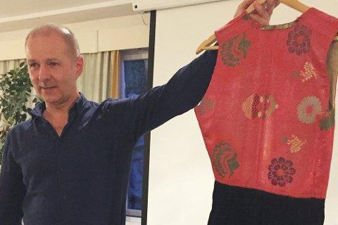 Ole Kristian Gundersen med eldgammel nordmørsbunad